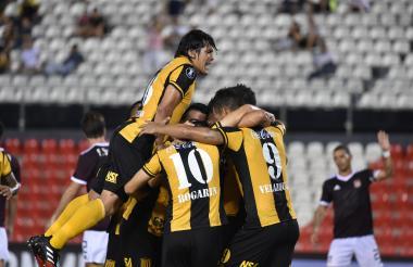 Los jugadores de Guaraní celebran uno de los goles del contundente triunfo.