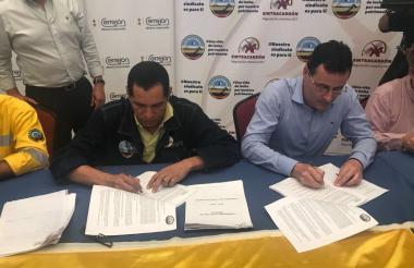 Firmando el acuerdo final.