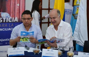 Alcalde Rafael Martínez  y Minjusticia Enrique Gil con la cartilla.