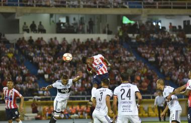 Yony González infló la red de Olimpia a través de este potente cabezazo.