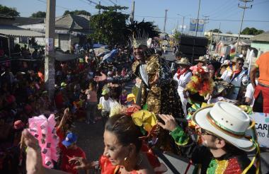Ricardo Sierra, monarca en 2018, saluda a los asistentes al tradicional desfile del rey Momo.