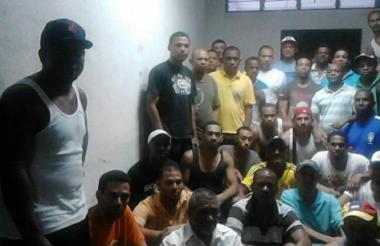 Parte del grupo de los 59 connacionales detenidos en un galpón de la Policía de Caracas, Venezuela.