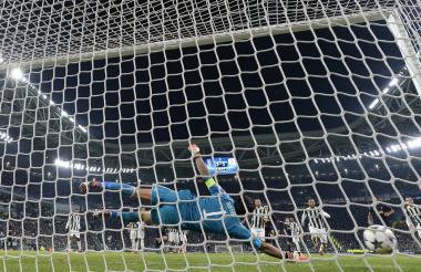 Acción del segundo gol de Tottenham, a través de un tiro libre de Eriksen. El tanto significó el empate 2-2 ante Juventus. Buffon se lanzó pero no pudo hacer nada para atajar el cobro.