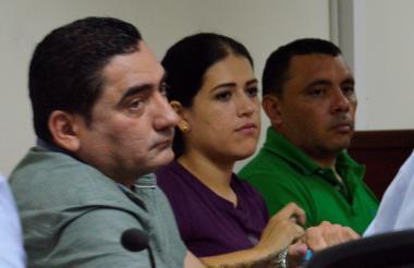 El alcalde Luis Benito Gómez Martínez, junto a los dos precesados del caso.