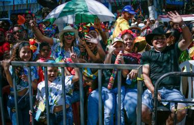 Los asistentes al desfile animaron desde las terrazas.
