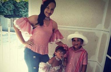 La personera Ana Karina Lozano Álvarez, junto a sus dos hijos en una fotografía reciente.