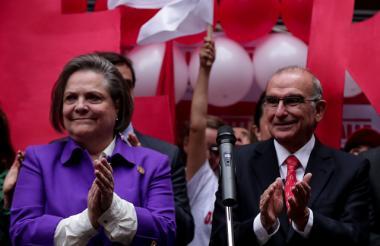 Humberto de la Calle y su fórmula a la vicepresidencia Clara López estuvieron en la Registraduría Nacional oficializando su campaña.