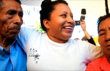 Teodora Vásquez sonríe rodeada por sus padres.