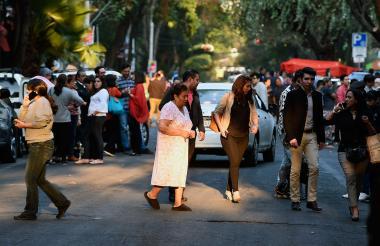 Cientos de personas salieron a las calles tras el temblor.