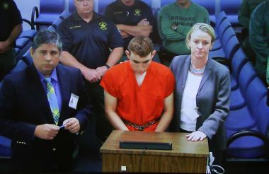 Nikolas Cruz junto a sus defensores en la Corte de Fort Lauderdale, Florida.