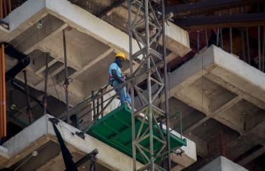 Un trabajador se sujeta con un arnés en una obra que se ejecuta en el norte de la ciudad.