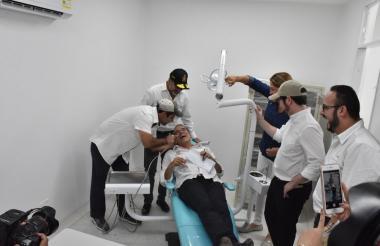 El alclade Char, el gobernador Verano y el ministro Sánchez prueban uno de las salas de odontología.
