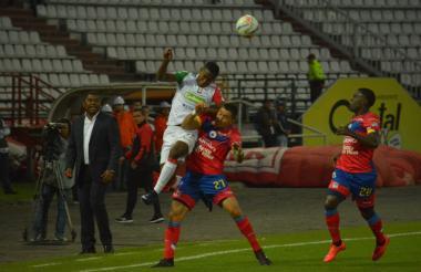 Huberth Bodher sigue de cerca una de las acciones del partido entre Once Caldas y Deportivo Pasto.