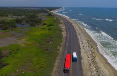 Dos vehículos transitan por la vía que conecta a Barranquilla con Ciénaga.
