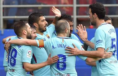El uruguayo Luis Suárez es felicitado por sus compañeros tras marcar su gol.