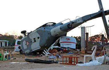 El helicóptero se accidentó en tierra y cayó sobre dos vehículos.