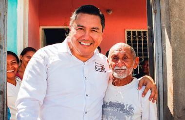 Javier Bertucci en una foto de su cuenta de Twitter, abraza a un ciudadano de Apure.