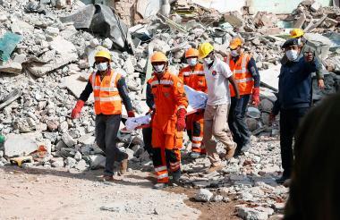 Socorristas trasladan a una de las víctimas de la explosión en el interior de un hotel.