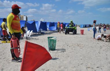 Salvavidas y policías están atentos a que los bañistas respeten la restricción.