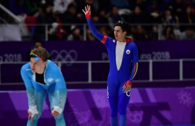 Pedro Causil saluda al finalizar la carrera de los 500 m en los Juegos Olímpicos de Invierno.