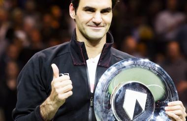 El tenista suizo Roger Federer con su título en Róterdam.