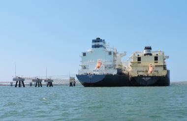 El barco metanero en la Sociedad Portuaria El Cayao en Barú, Cartagena.