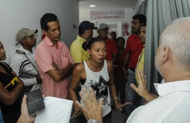 Un grupo de extrabajadores encara al gerente del Hospital de Candelaria, René Rueda Ribón.
