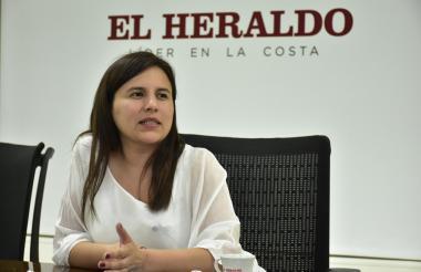 La superintendente de Servicios Públicos Domiciliarios, Rutty Ortiz Jara, durante su visita realizada ayer a EL HERALDO.