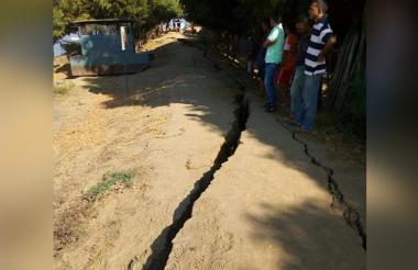 Erosión tiene a punto de colapsar el muro de contención.