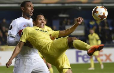 Carlos Bacca intenta dominar el balón ante la marca de un defensor del Lyon.