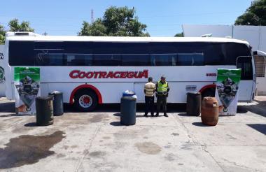 Uno de los buses en los que se movilizaba el combustible de contrabando.