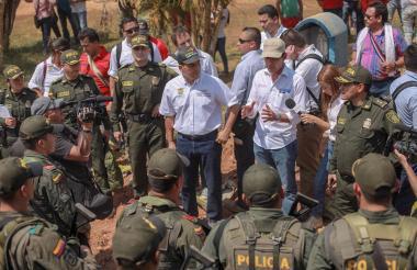 El gobernador de Bolívar, Dumek Turbay Paz (izq.), junto al ministro del Interior, Guillermo Rivera (der.) durante su visita al municipio Santa Rosa del Sur.