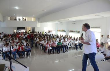 El gobernador Eduardo Verano, durante su intervención en la institución educativa de Manatí.