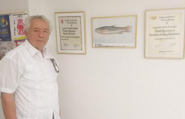 El científico Carlos Ardila Rodríguez junto a algunas de sus distinciones.