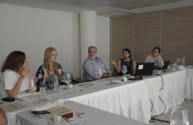 Los miembros de la junta directiva durante la reunión realizada ayer en el Puerta de Oro.