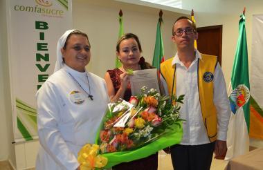 Gladis Llano Uribe, mujer Cafam Sucre 2018, Karina Gutiérrez, secretaria general de Comfasucre y Luis Teherán, presidente del Club de Leones de Sabanas.