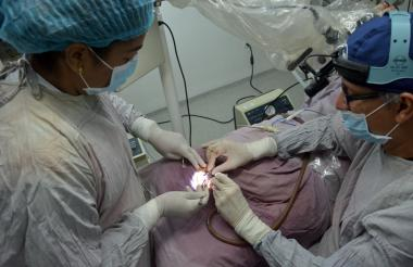 Aspecto de la operación realizada el pasado miércoles por el otólogo Alfonso Yepes a Edgardo José Amarís, de 10 años.