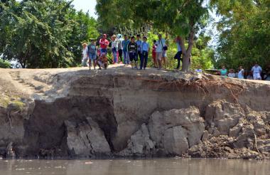 Habitantes del corregimiento contemplan el avance de la erosión en la ribera del Río.