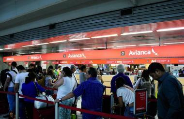 Pasajeros afectados por el paro de pilotos de Avianca.