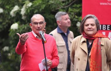 Humberto de la Calle junto a su fórmula vicepresidencia, Clara López.