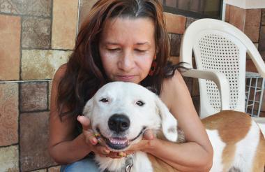 Steven junto a Rosalba Carrillo, la mujer que lo rescató el día del atentado.