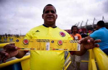 Un hincha de la Selección Colombia tras comprar unos boletos.