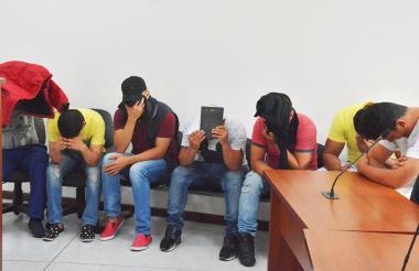 Los siete presuntos miembros de 'los Plaqueteros' durante las audiencias