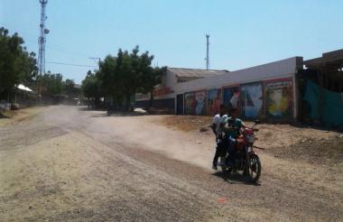 Estudiantes se movilizan en moto en Santa Bárbara de Pinto, Magdalena.