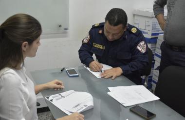 Secretaria General de Soledad, Erika Escaf y el comandante del Cuerpo de Bomberos, teniente Próspero Carbonell, en la firma del convenio.