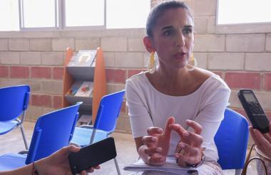 La ministra de Educación, Yaneth Giha, entrega declaraciones durante su visita a Barranquilla.