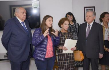 La directora del ICBF, Karen Abudinen junto a Fanny de Sarmiento y Luis Carlos Sarmiento Angulo, durante la inauguración de la Casa Universitaria en Bogotá,
