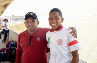 Luis Manuel Díaz junto a su hijo Jesús, que juega en la Selección Atlántico.