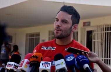 Sebastián Viera atendiendo a los medios.
