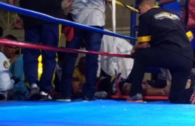 Momento en el que el boxeador Yeison Cohen es atendido en la lona.